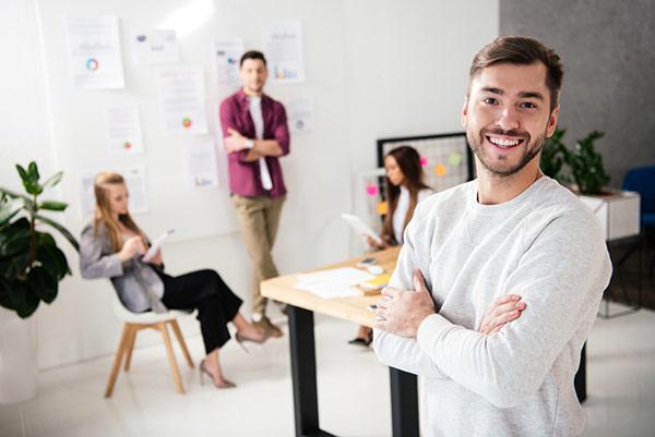 equipe jeune dans un bureau